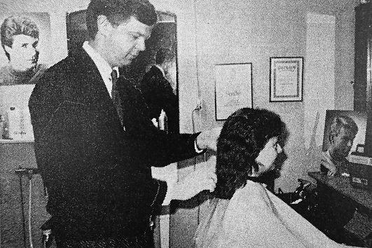 Björn Tuvesson, herrfrisör men är nu nybliven damfrisör. Klipper håret på en kund.