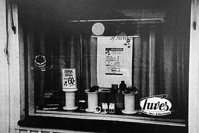 Hårklippning till bra pris,  salongen visar hårprodukter till ett bra pris i skyltfönstret vid vadstena torg