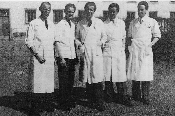 Foto från år 1948 på frisörerna Tuve Carlsin, Bengt Nilson, Sture Fredriksson och Åke Stolt och tvålpojken Per Andersson