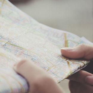 Hands-Halten-a-Karte
