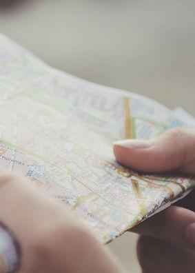 Mãos-Holding-a-Map