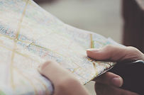 Manos-Holding-a-Mapa