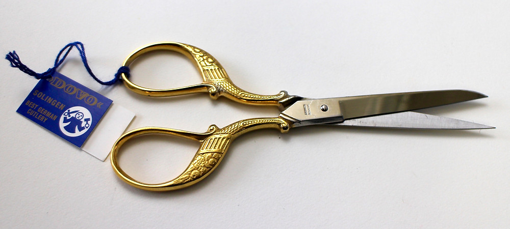 @mariebcreates #scissors #handengraved Gold Handled DOVO