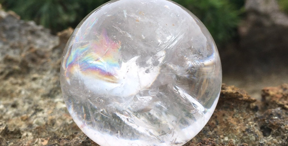 空間を澄んだエネルギーで満たす、天然石水晶-レインボー含 丸玉置物 115mm玉