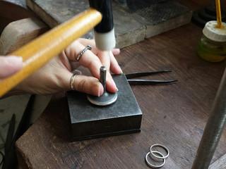 Joalheria Artesanal: aprendendo a aliança Cartier