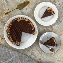 עוגת שכבות שוקולד וקרם נוגט, בציפוי גנאש שוקולד ופרוסות שקדים