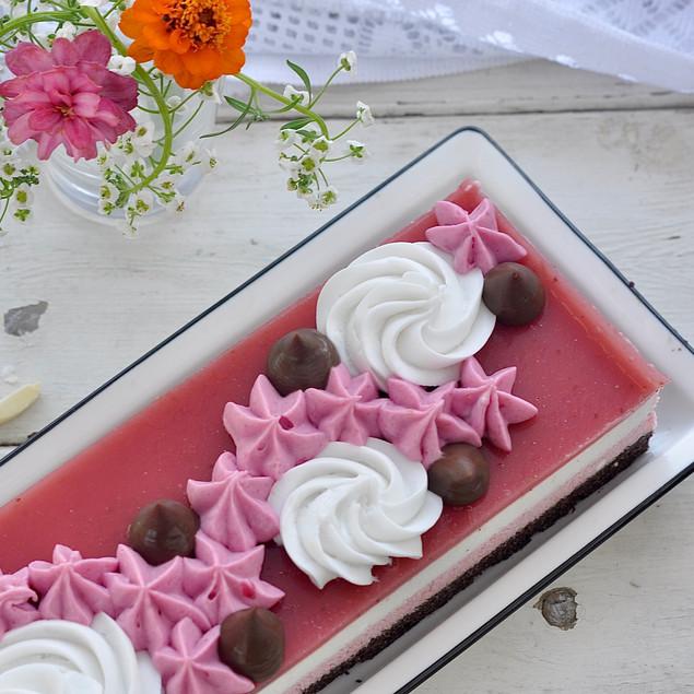 עוגת שכבות שוקולד, מוס תות ומוס בטעם גבינה, עם קמח טף
