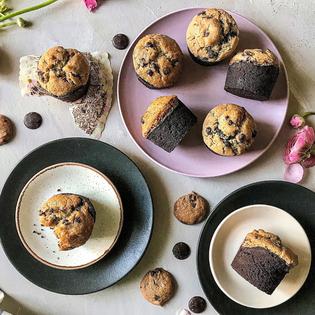 זוג מאפינס שוקולד בציפוי עוגיית שוקולד צ'יפס עם קמח טף
