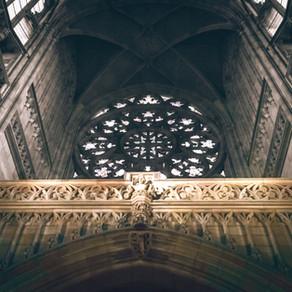 Comment la distanciation influence l'intelligibilité dans nos églises et les espaces réverbérant !