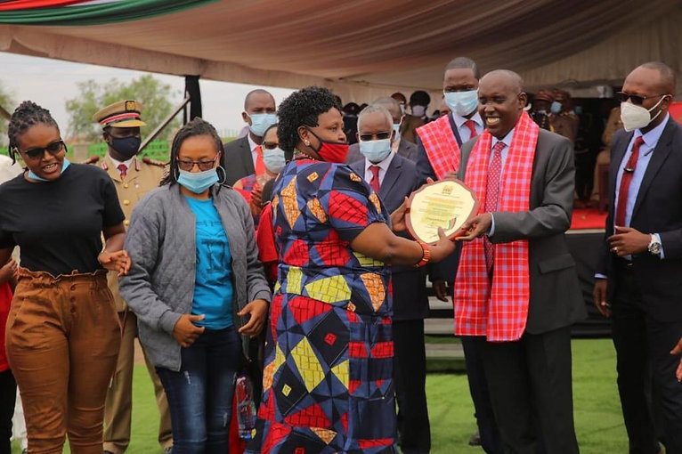 DIRECTOR RECEIVING A PLAQUE DURING HEROES DAY - Copy.jpg