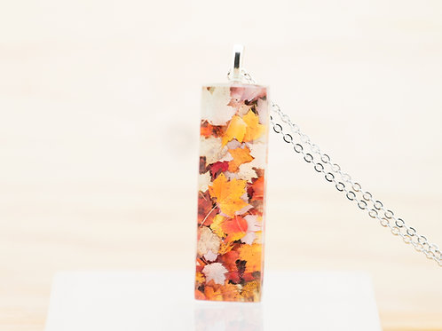 Tapis de feuilles, pendentif