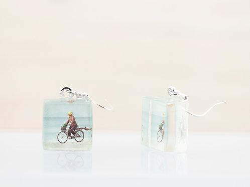 Dame à bicyclette, boucles d'oreilles