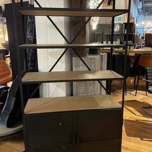 Stalen zwarte gepoedercoate kast met houten planken