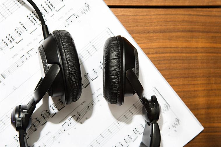 Kopfhörer und Notenpapier