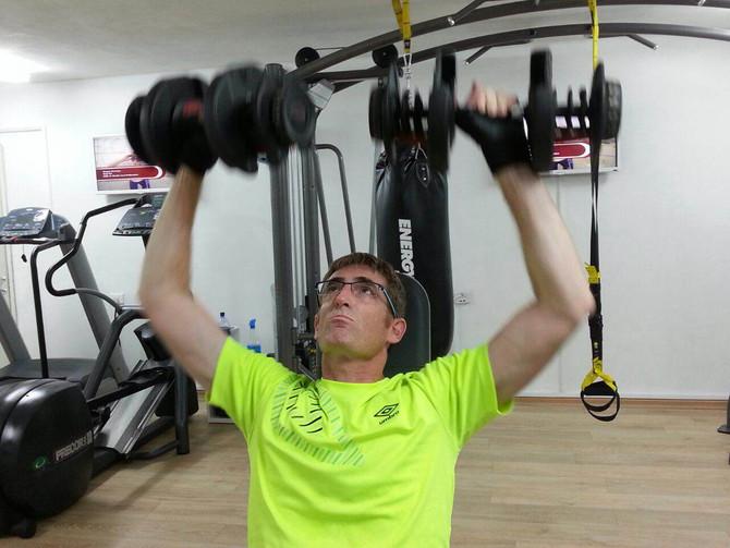 מזה 4 חודשים אני מתאמן אצל אמיר מאיר. רבות התלבטתי בין אימון בחדר כושר לבין אימון אצל מאמן אישי.  בי