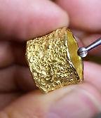 טבעת נישואין זהב צהוב רחבה ועבה עיצוב בעבודת יד סגנון גולמי טקסטורה גולמית עיצוב מקורי סטודיו דינר מעצבי תכשיטים בחיפה והצפון