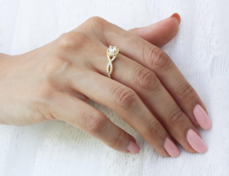 טבעת אירוסין יהלומים מפותלת