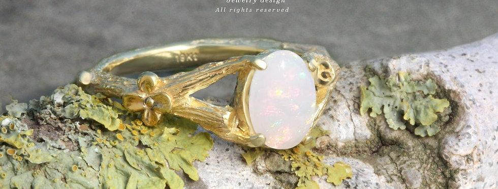 טבעת זהב אבן אופל על גזע פורח