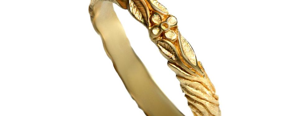 טבעת נישואין פרח על גזע עץ