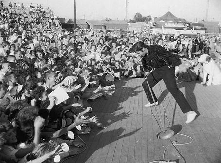 Elvis-Presley-Concert.jpg