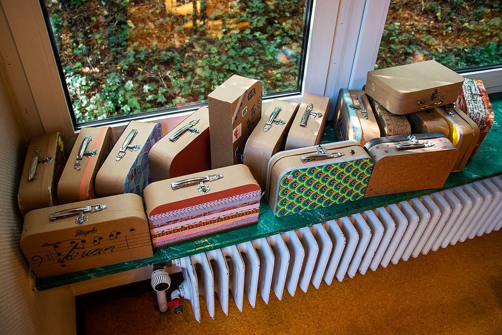 Aufnahme der Koffer, die die Teilnehmden der JuLeiCa selbst gestaltet haben.