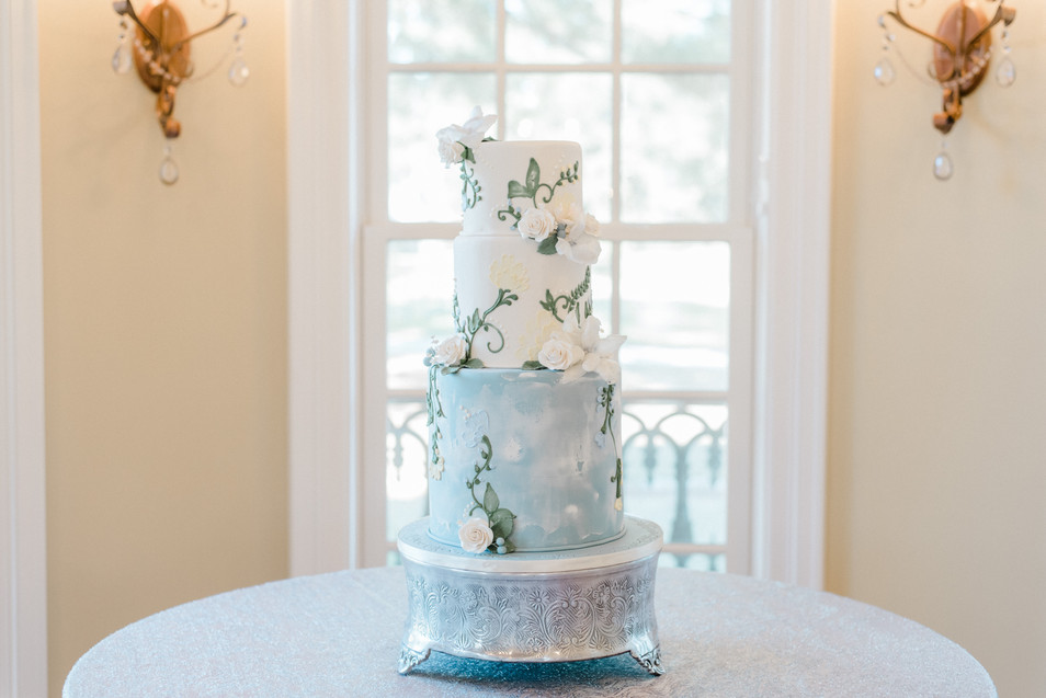 Tiered cake that is seamless with design