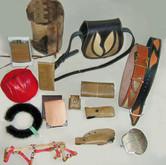 ... und ihrer Taschen und Schmuckobjekte.