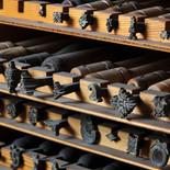 In Klöstern wurden Buchblöcke aus Pergamentseiten hergestellt, deren Einband nun aus einem mit Leder bezogenen Holzdeckel bestand.