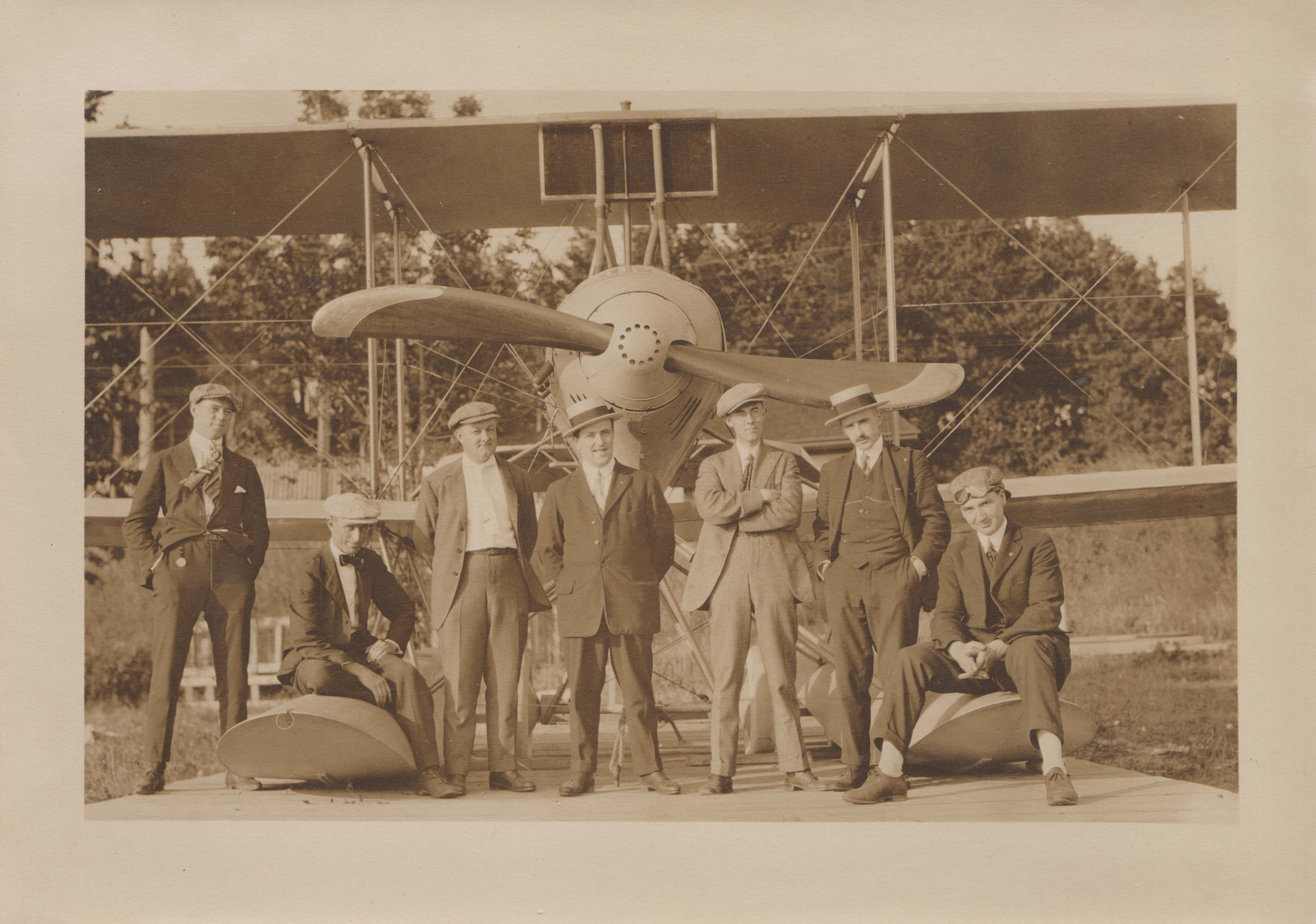0039 Airplane and Staff