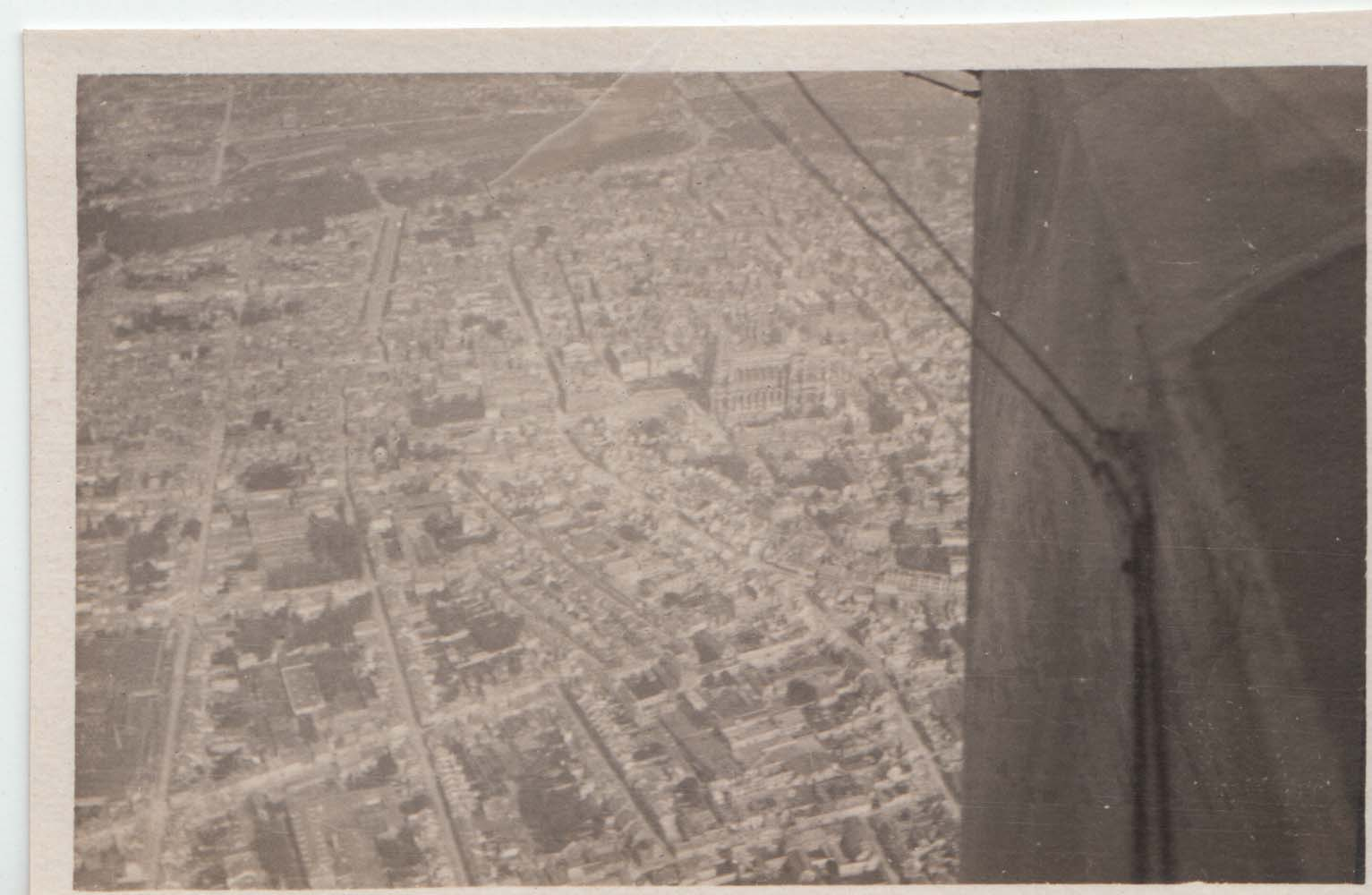 0423 Overview the city from plane
