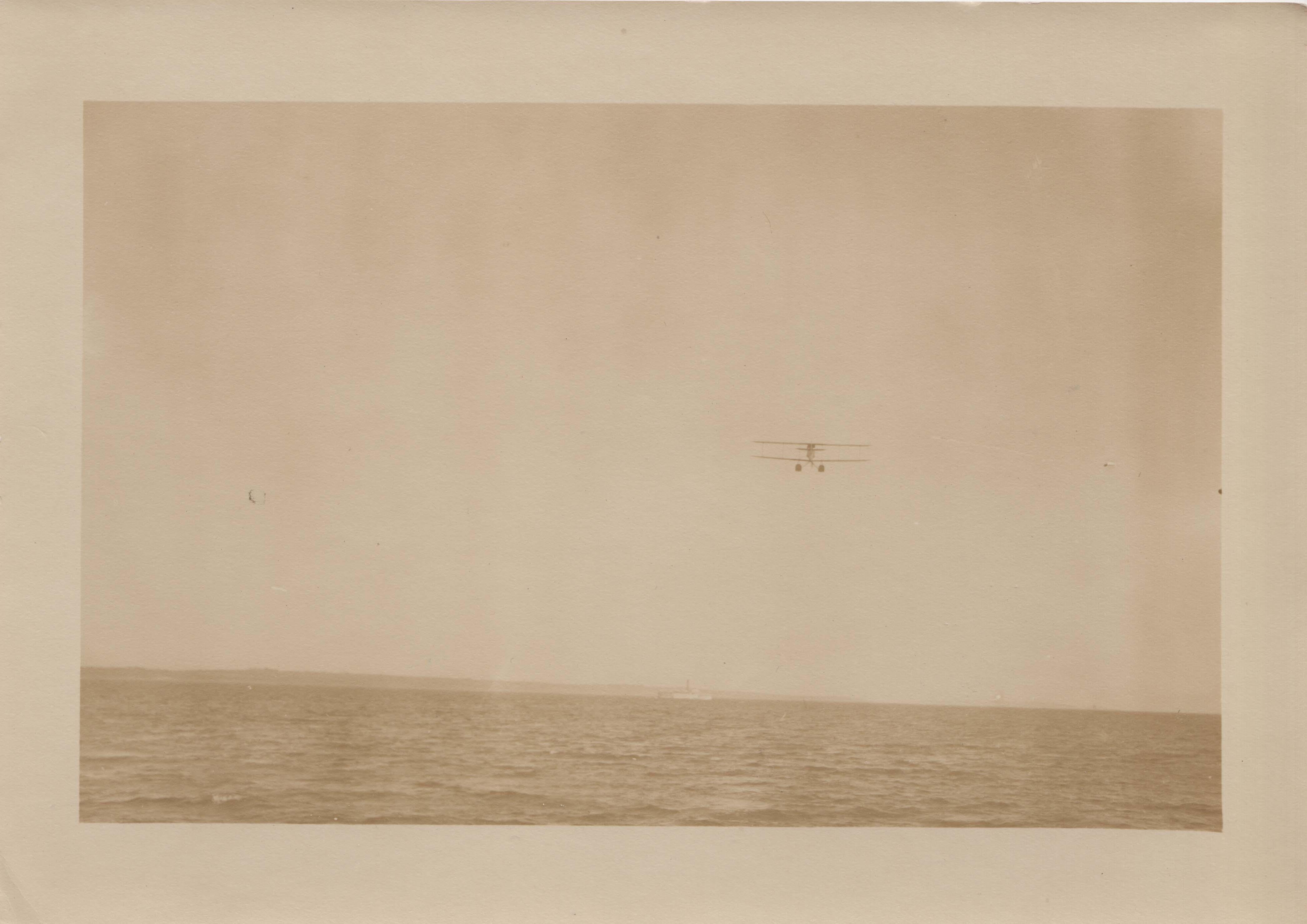 0062 Aeroplane above water