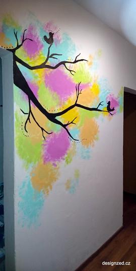 Barevný strom v chodbě bytu