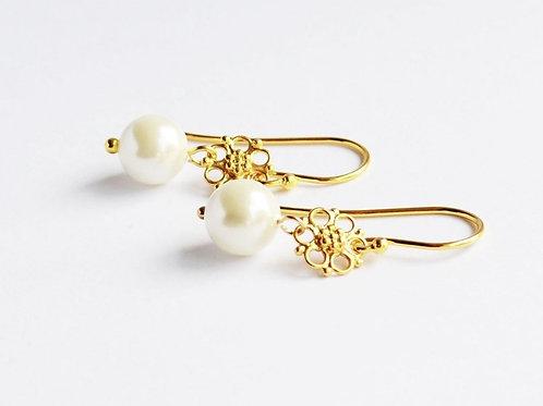 Øreringe med hvide shell pearls
