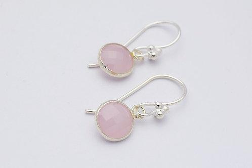"""Clara"" small øreringe med opaque lyserøde facet krystaller, forsølvet"