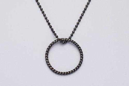 """""""Jessie"""" halskæde med snoet cirkel, black plated"""