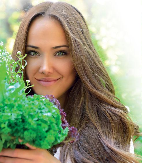 Signora che sorride con i fiori