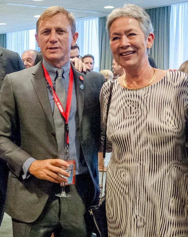 Da MH mødte DC i FN's generalforsamling, ville han invitere hende til reception og bad om hendes visitkort. Hun havde ikke flere tilbage. Siden den dag har hun altid haft rigeligt med visitkort i tasken. Fotoet er fra receptionen, så alt gik som det skulle.