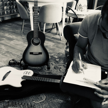 Mayu en plein e séance d'écriture - Label Baboo Music - Studio b - 47220 Astaffort