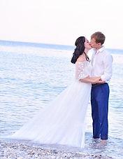 Невеста у моря в легком воздушном свадебном платье Fiero