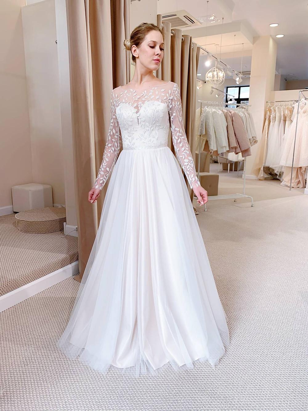 Закрытое кружевное свадебное платье Moon