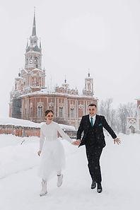 Невеста Анна в свадебном платье Grace, выполненном в длине миди