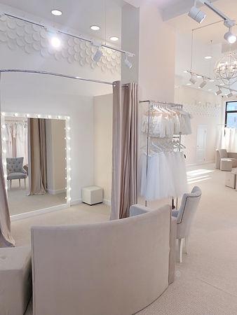 Свадебный салон PRIMA BRIDAL, примерочная и платья