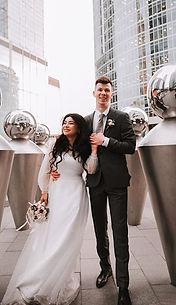 Невеста Мэри в свадебном платье Suzan, украшенном россыпью декоративных жемчужин