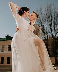 Невеста Александра в легком лаконичном свадебном платье Lima