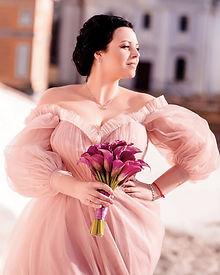 Невеста Юлиана в нежно-розовом свадебном платье Linda