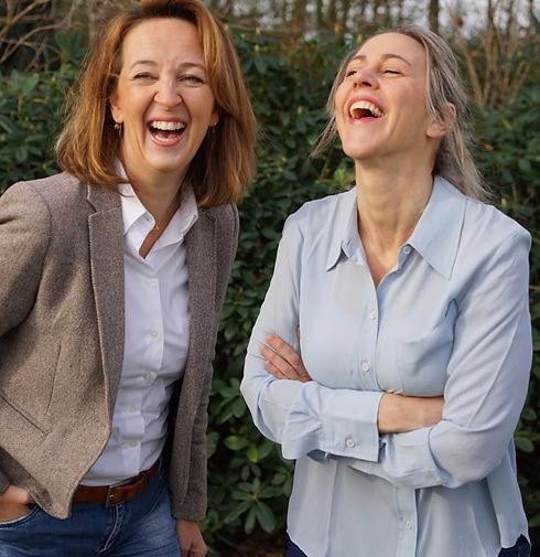Hofdames Simone en Kim lachend.JPG