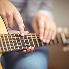 Enseignant donnant des cours de guitare