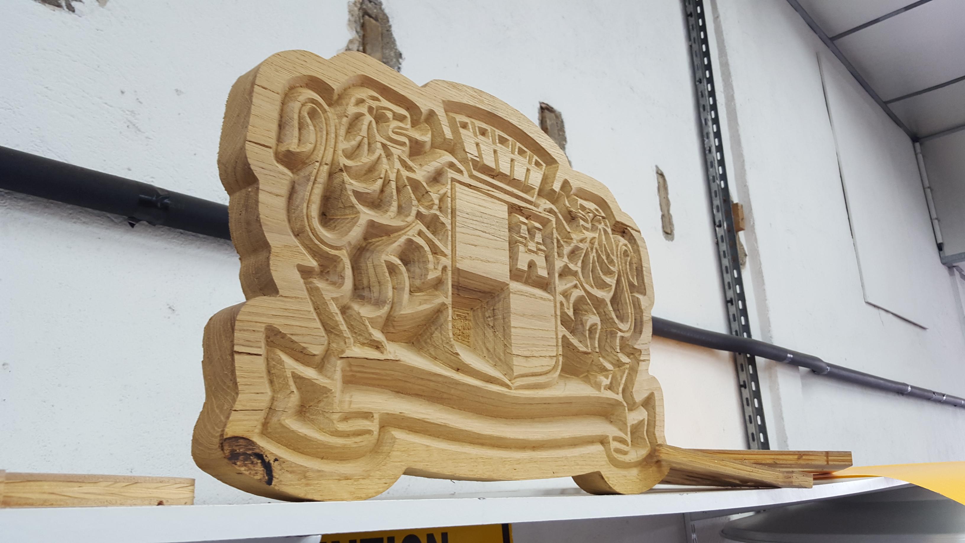 Enseigne en bois sculpté