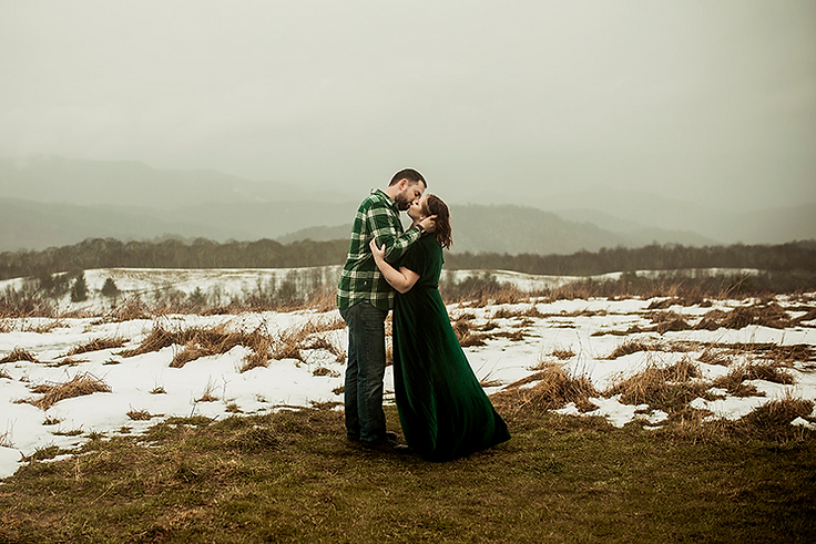 romantic_couple_kissing_winter_photography.png