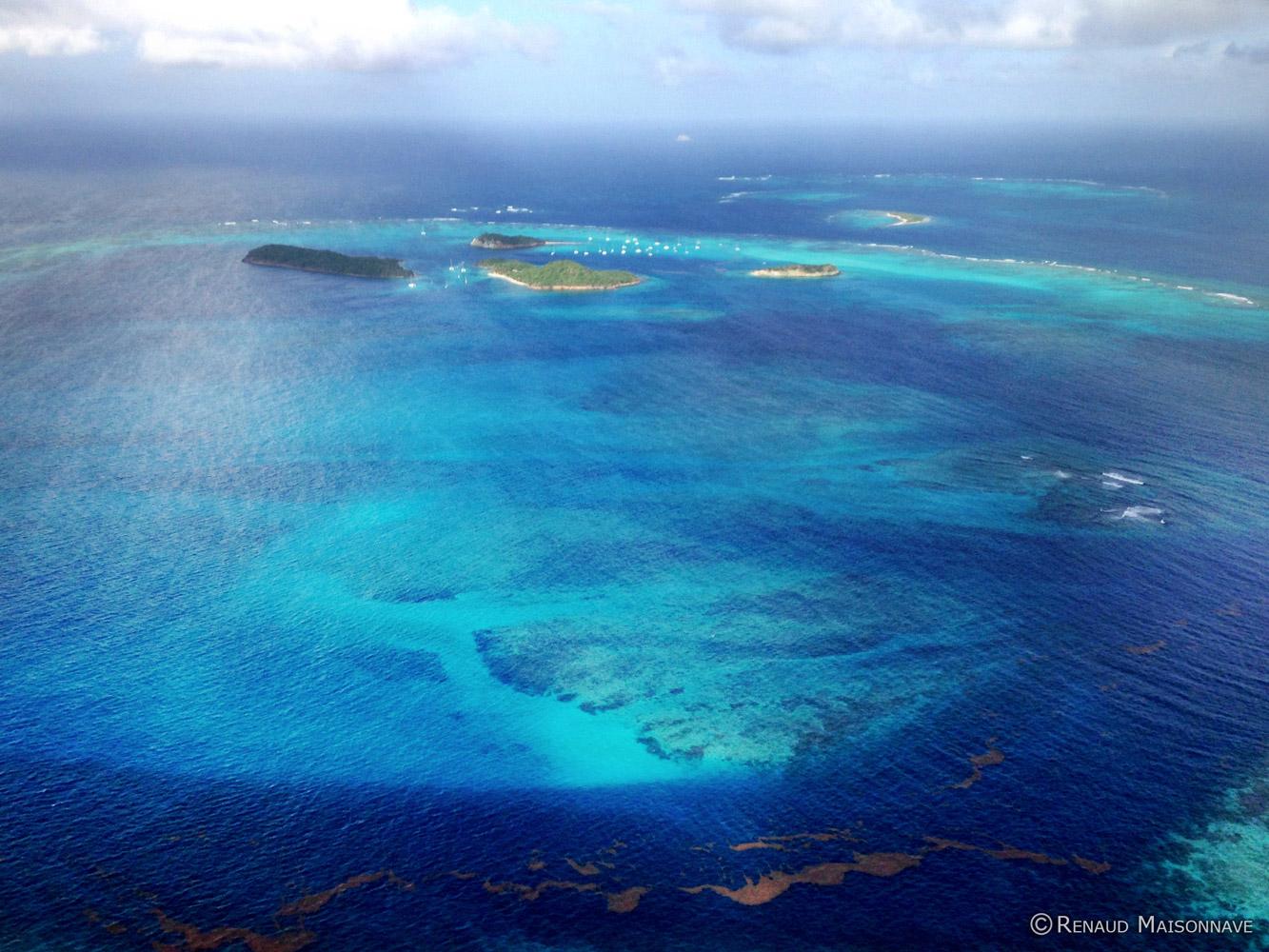 Les îles vue du ciel en avion privée